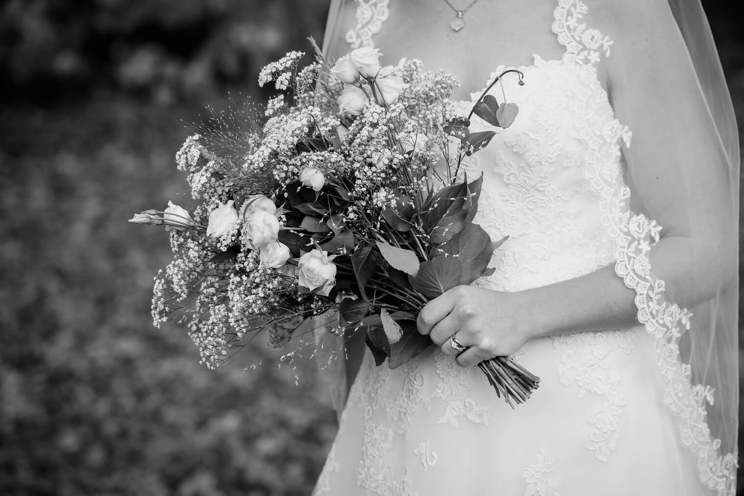 Bride with flowers, autumn wedding at Råda Säteri