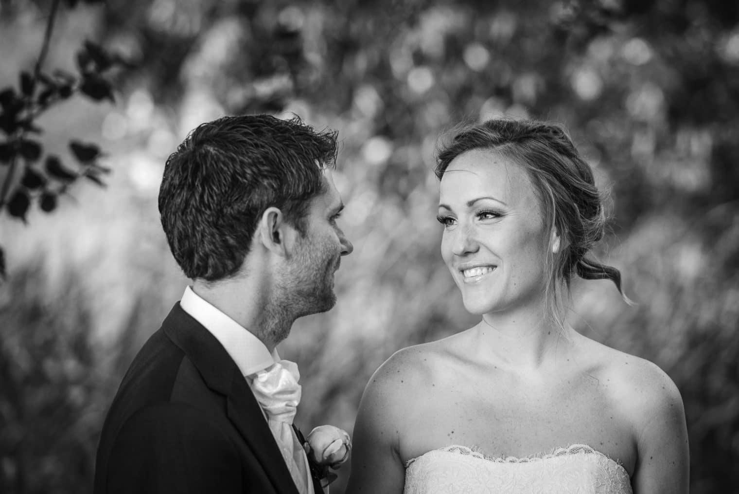 Intimt ögonblick mellan brud och brudgum vid fotograferingen innan vigseln.